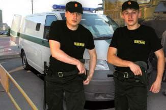 охранники с оружием
